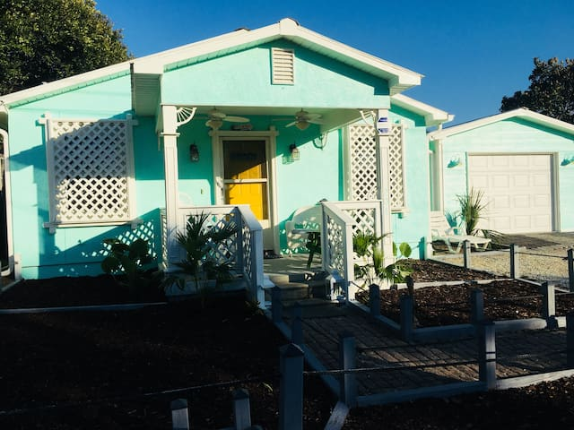 Aquaman's Cottage-Affordable & Close to the Beach!