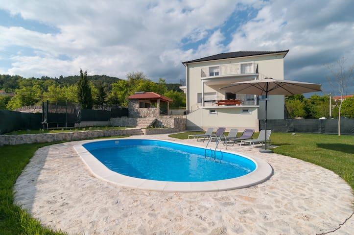 Villa Apricatio,10 Gäste, 30 km von Split entf. - Sinj - Huvila