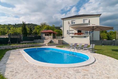 Villa Apricatio, 10 guests, 30 km from Split