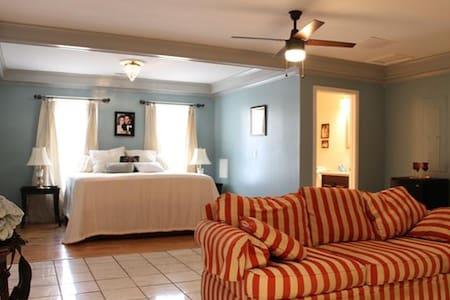 Country Music B&B - Fans of Elvis Suite - Camden - Bed & Breakfast