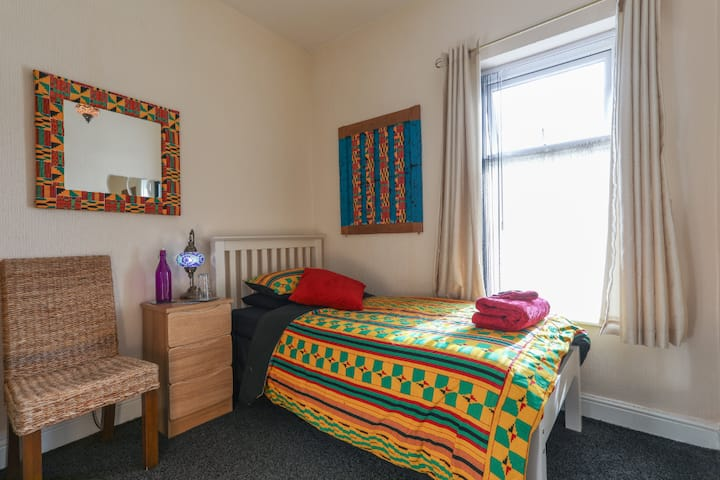 Guest is God in single bedroom nr Bradford Uni