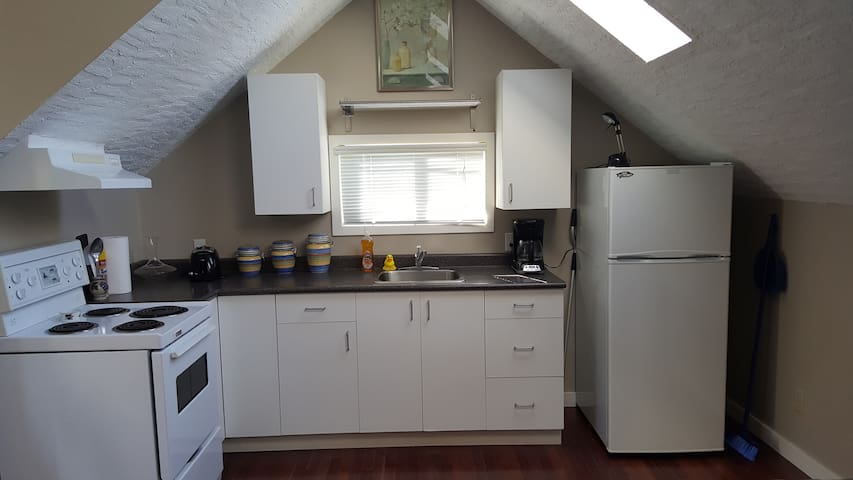Full Upstairs Apartment with Kitchen & Full Bath - Victoria - Flat