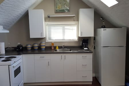Full Upstairs Apartment with Kitchen & Full Bath - Daire