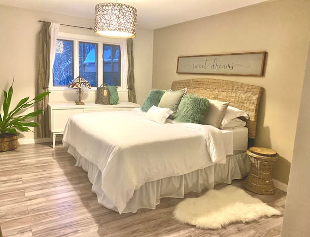 Large Bright Bedroom Offers California King Bed w/High Quality Fresh Linens, Walkout to Covered Porch, Closet With Organizer. We Offer Guests Fresh Robes, Netflix on Laptop, Electric Fireplace, Beaching/Picnic Necessities, Tennis Rackets/Balls, Books