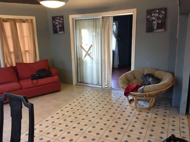 Sala sofá cama , puerta acceso a estudio (sofá cama azul) y dormitorio 4