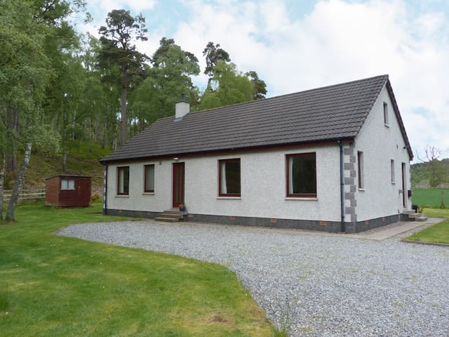 BIRCHBANK, character holiday cottage in Grantown-On-Spey, Ref 961571