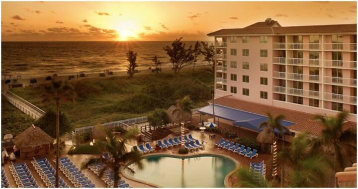 Relaxing Palm Beach Shores Condo