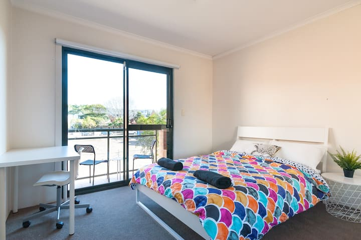 Modern room close to Sydney CBD, train & Airport