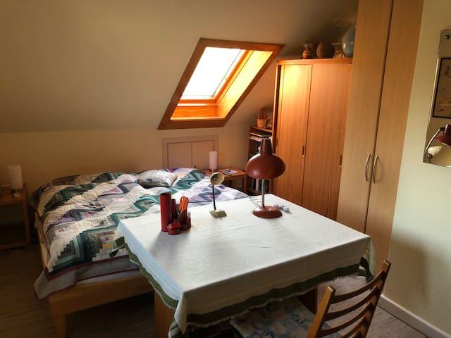 Schlafzimmer 2 mit 1 Doppelbett und Arbeitstisch