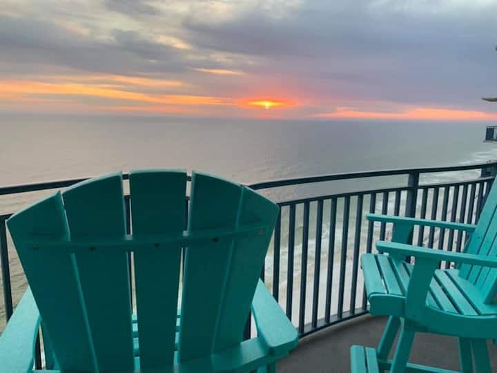Penthouse Condo / Free Beach Chair Setup / Grill