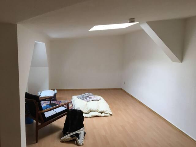 Schönes günstiges Zimmer, einfach möbliert