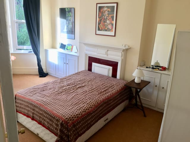 Huge double room in a yogic shoes-free flat