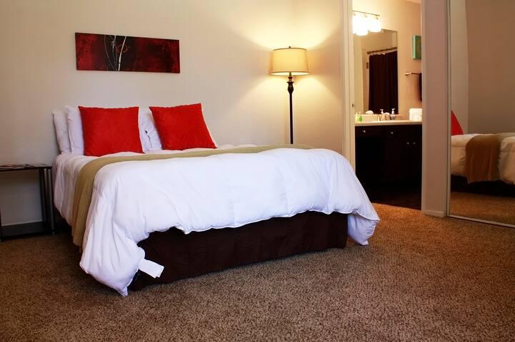Private room with bathroom | near RedRock Casino! - Las Vegas - Leilighet