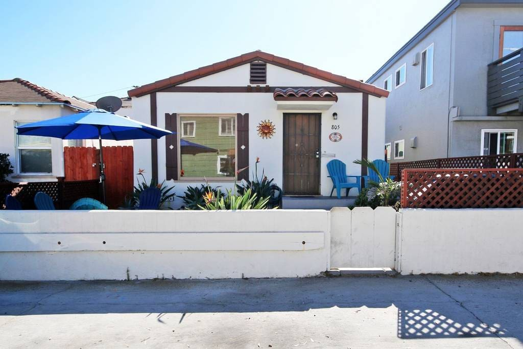 Classic Mission Beach Cottage - 2 Bedroom sleeps up to 6 people with outdoor patio and barbecue - steps to the sand.