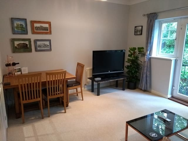 Modern 2-bed Flat in Fleet, Hampshire