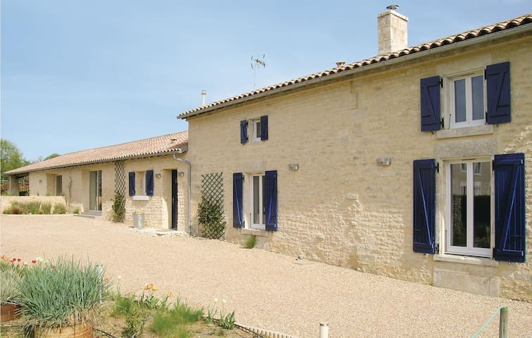 Holiday cottage with 3 bedrooms on 190m² in Bouillé Courdault