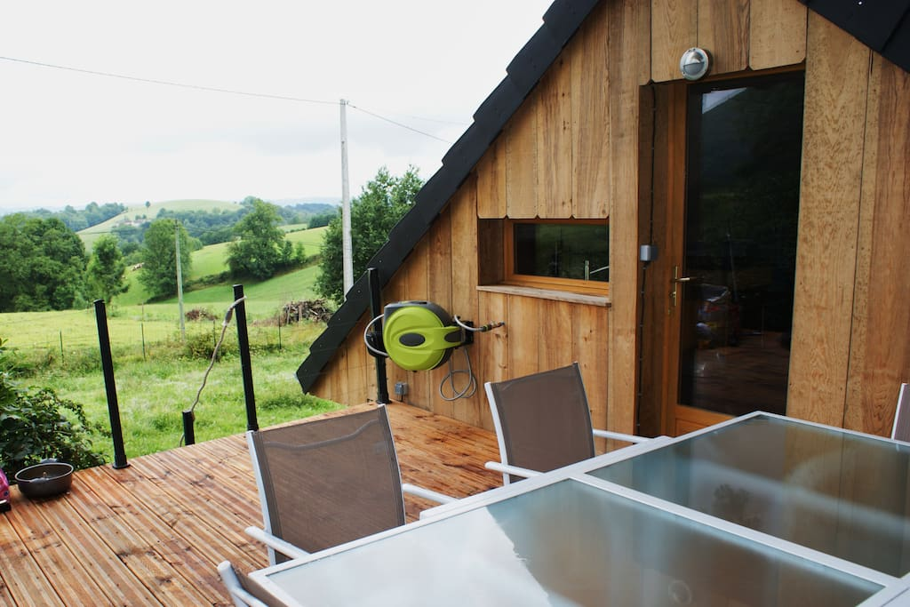 photo de la terrasse donnant sur la piscine avec vue sur les Pyrénées, puis donnant sur la salle de vie (cuisine salon)