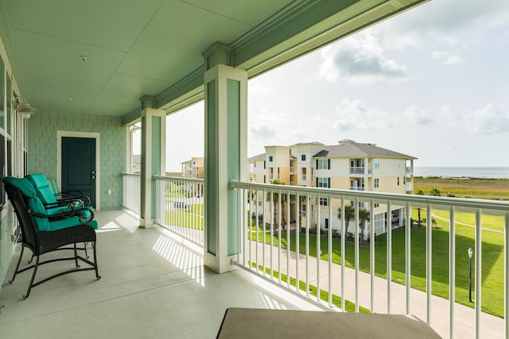 Dog-friendly condo w/ shared pool, hot tub, and ocean views!