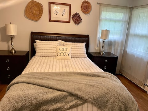 Comfy, Cozy, Quiet. 3 BR Home away from Home.