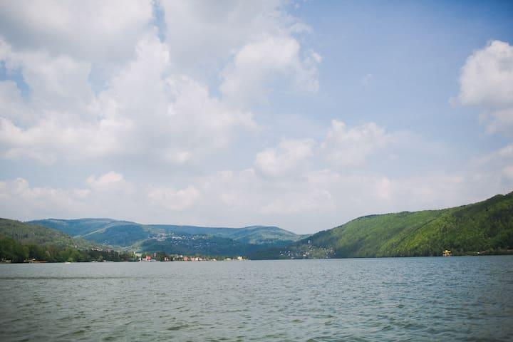 Zdjęcie z jeziora. Po jeziorze możesz poruszać się kajakami i rowerami wodnymi. Piękne widoki gwarantowane! Zdjęcie naszego autorstwa.