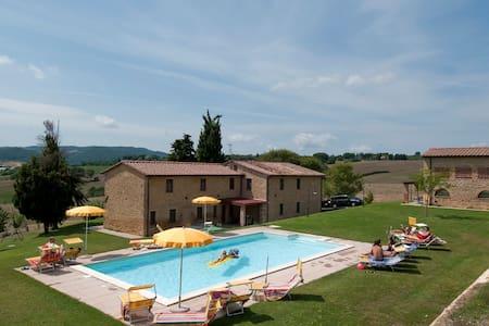 Appartamenti  Agriturismo con piscina e ristorante - Pomarance - Pis
