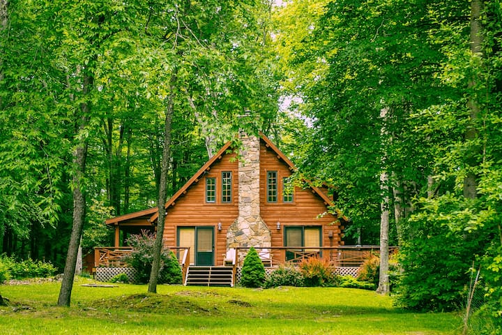 Mingo Lodge - Classic Cabin on Private Wooded Lot, Pool Table, Hot Tub, Pet Friendly