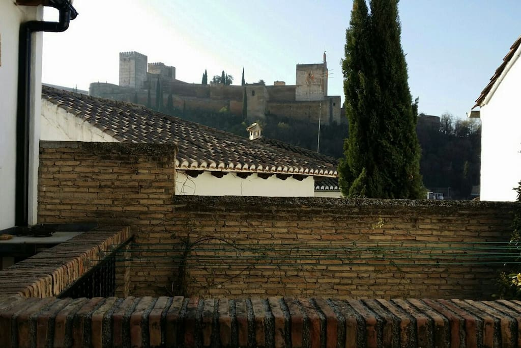 Tres belle vue sur sur l'alhambra depuis la terasse / very nice view overlooking the alhambra from the terace