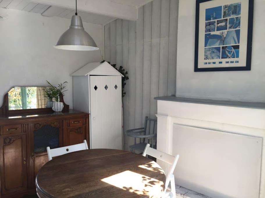 Salle à manger, partagée avec la chambre Galets.