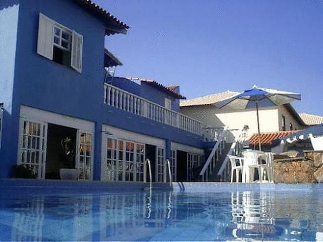 Pousada com piscina, sauna a 100 mts da praia.
