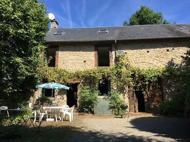 Traditional French farmhouse with mod-cons & pool - Saint-Goussaud - Huis