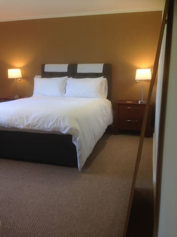 West Lodge B&B  Kingsize Bed pvte ensuite/Shower