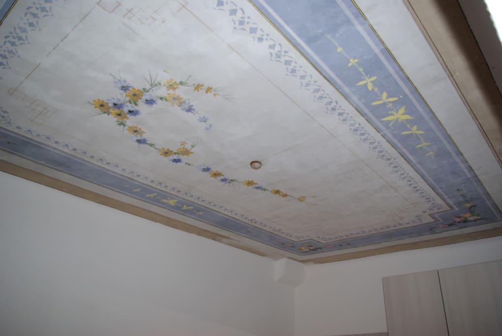 Soffitto con decorazione stile liberty