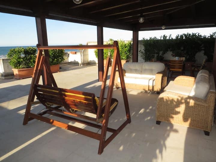 Appartamento con terrazza fronte mare