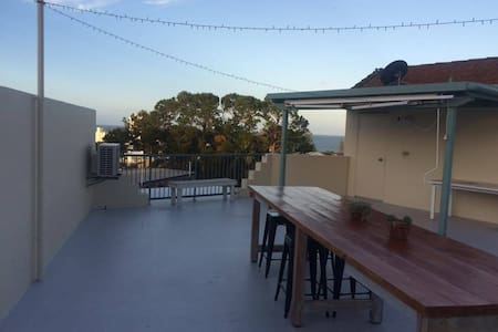 Ocean views, quiet, private rooftop - Alexandra Headland