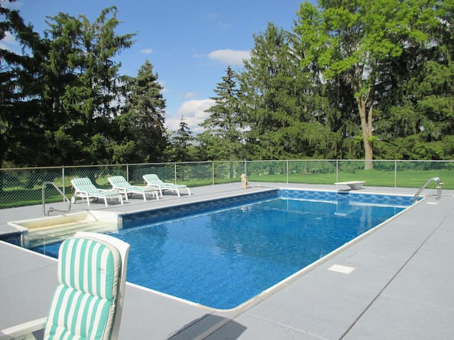 11-acre PRIVATE 'RESORT' Pool, Tennis, Bike trls - Orono - Hus