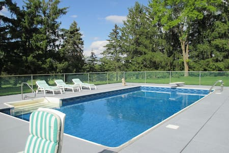 11-acre PRIVATE 'RESORT' Pool, Tennis, Bike trls - Orono - Casa