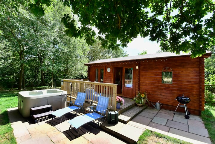 North Downs Cabin with Hot Tub - Dog friendly
