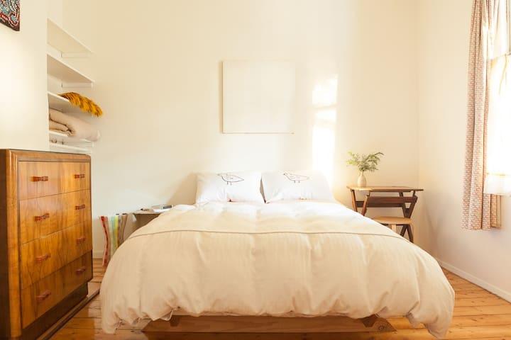 Spacious room in charming Northcote - Northcote - House