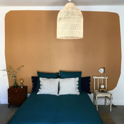 chambre double avec salle de bain attenante . lit double + lit simple en mode canapé... chambre pour 2 ou 3 personnes