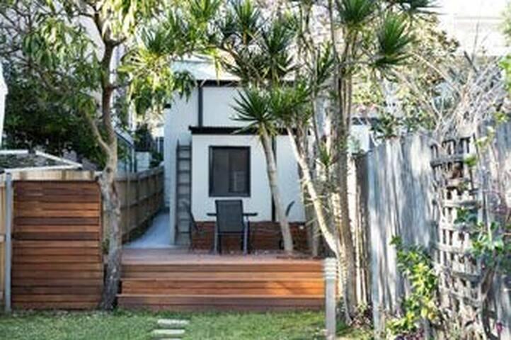 Designer inner city townhouse + parking + backyard