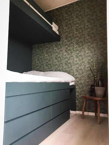 Sovrum utan dörr. Sängarna är 120 cm nere och 80 cm uppe. Lådor för förvaring under sägen.
