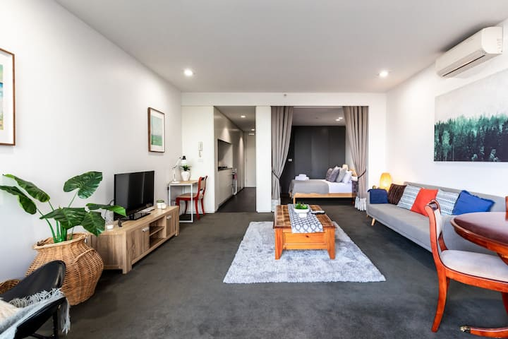 Spacious 1BD in Prahran -50 mtrs to Chapel Street!