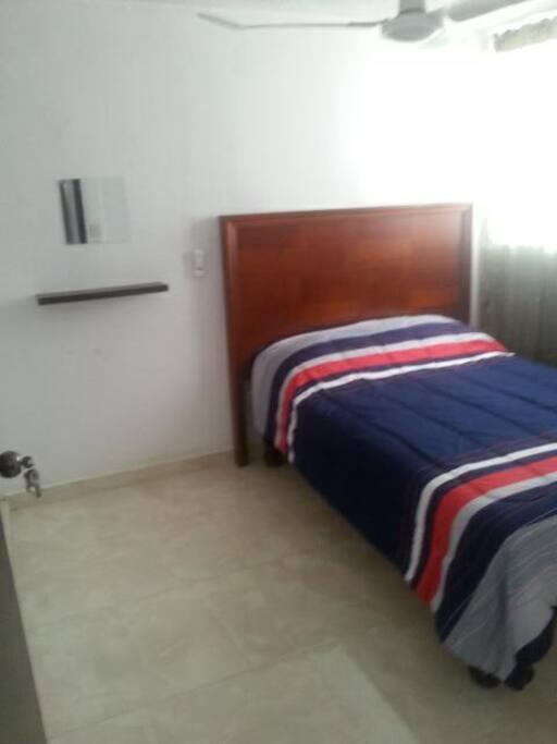 Foto de la cama matrimonial del segundo dormitorio, ( se cuenta con un colchón individual de aire por si se ocupa para más personas)