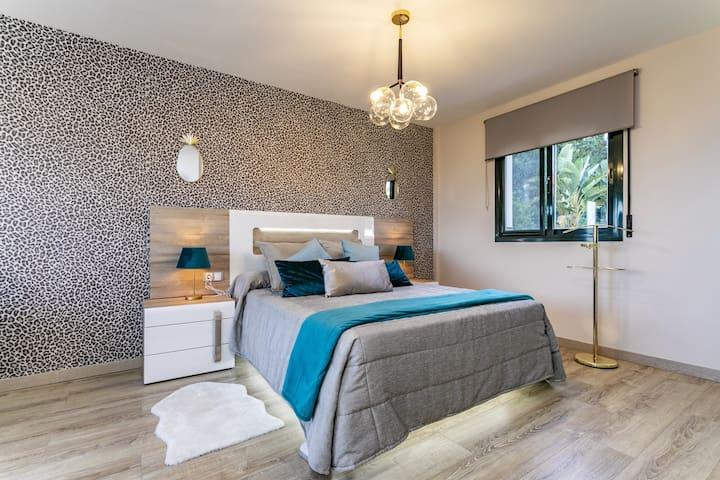 Segunda habitacion principal muy amplia con vistas al mar, cama de 1,50, y sofa cama de 1,50, colchones de alta calidad.
