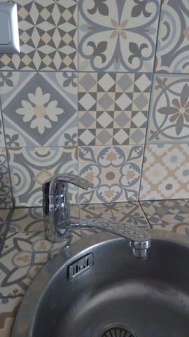 La kitchenette équipée aux carreaux de ciment gris & miel...