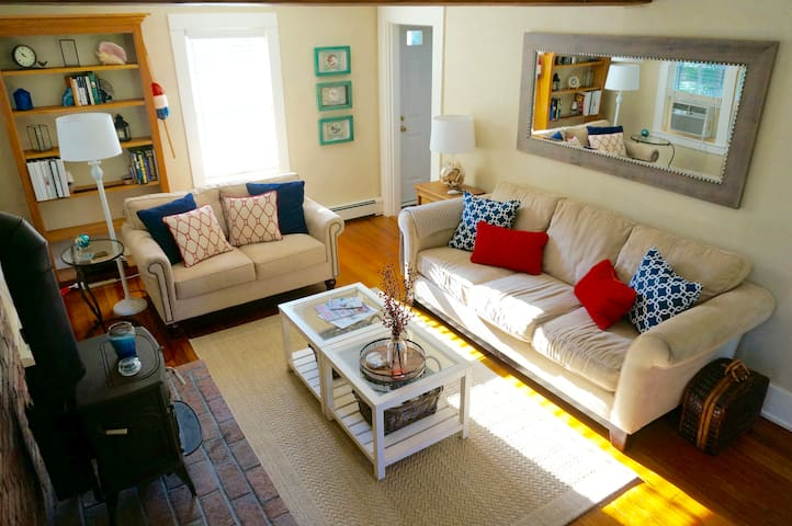 Charming Cape Cod Cottage - Falmouth - Huis