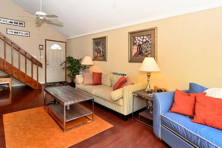 Close to Hwy 75, the beach and Pet Friendly - Sarasota - Huis