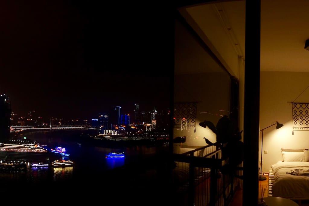 夜景 落地窗江景房