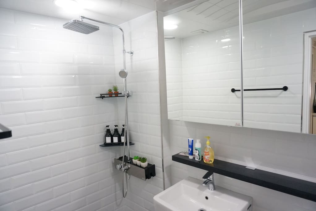 호텔 화장실 컨셉 리모델링 했어요 이쁘고 깨끗합니다.