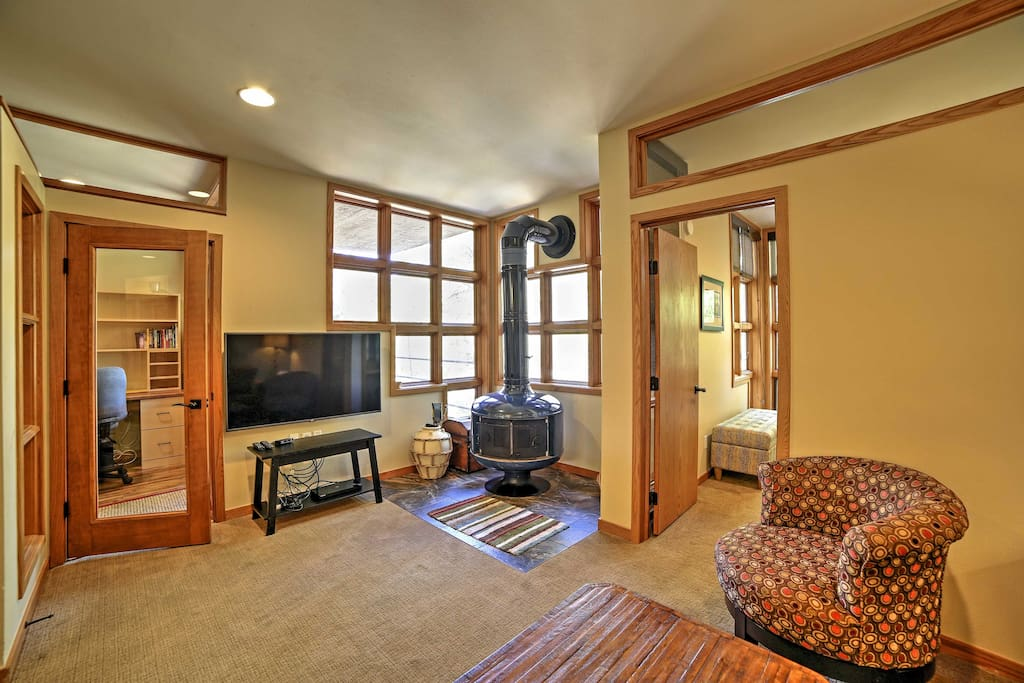 The lovely unit features accommodations for 7 guests.